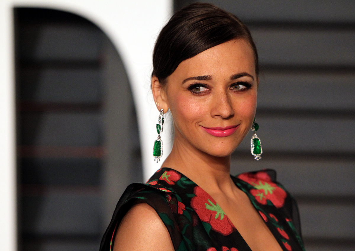 Rashida Jones has freckled skin