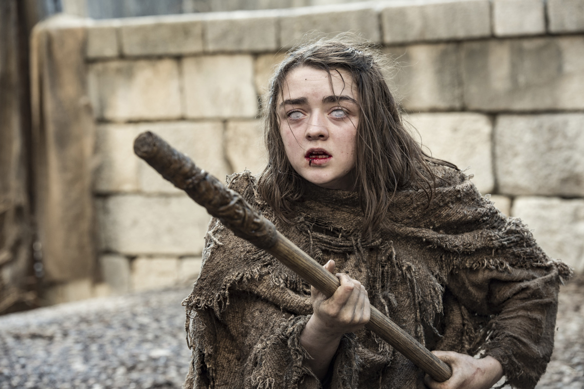arya fighting with staff with faceless man