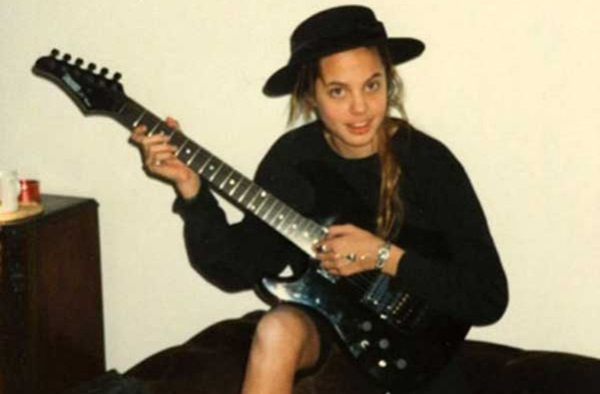 angelina-jolie-playing-guitar-in-1990-64111