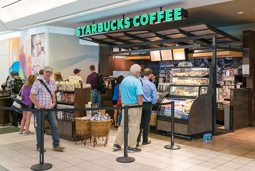 crowds at an airport starbucks