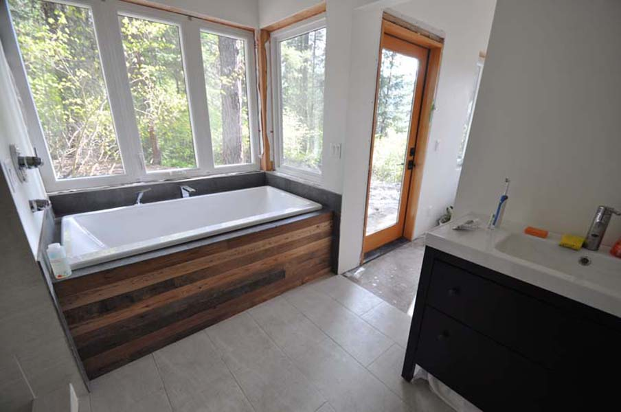 wood gets displayed in the bathroom on the tub