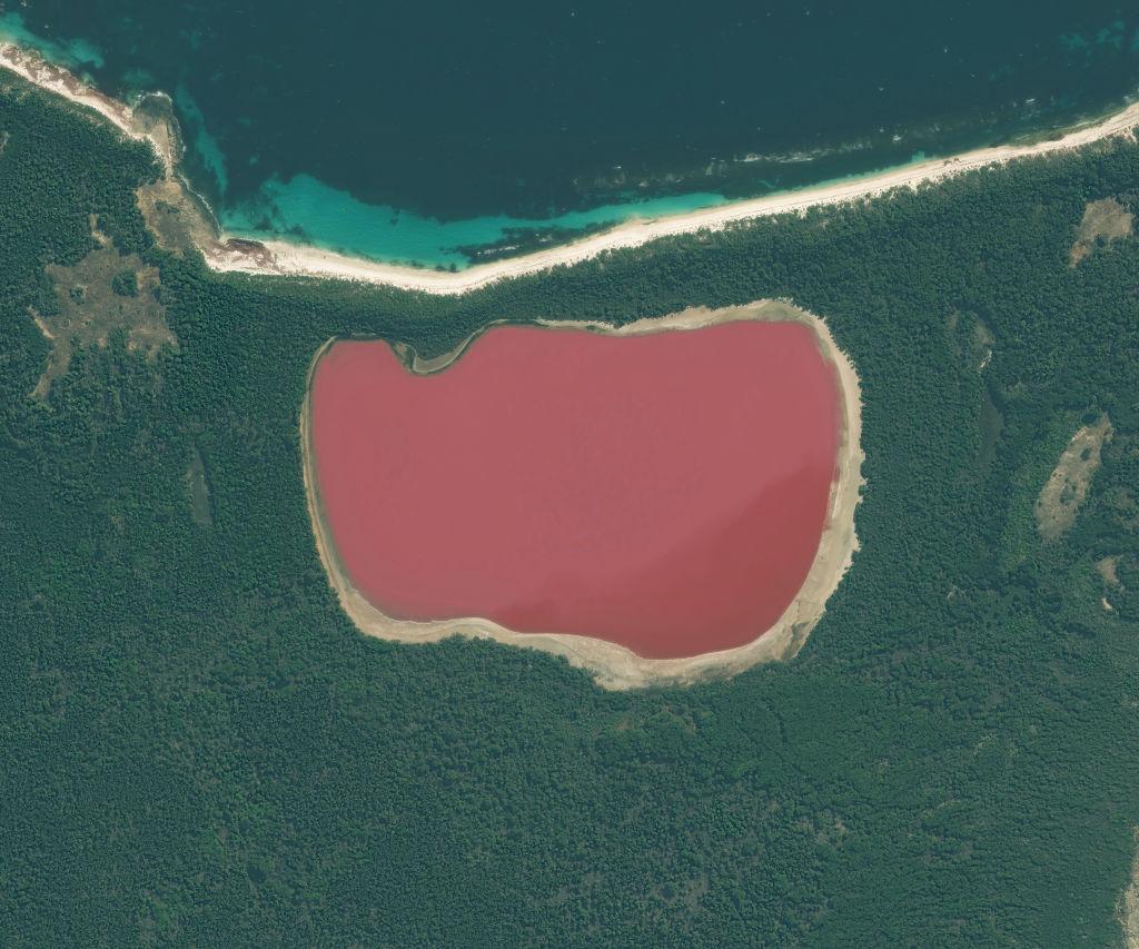 mysterious lake hillier australia