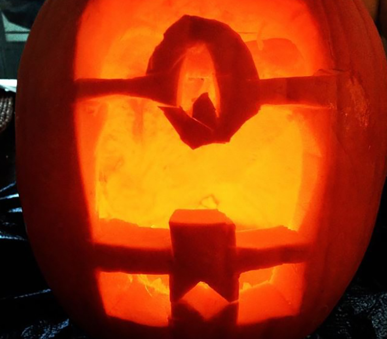 Pumpkin carving of a minion from Despicable Me