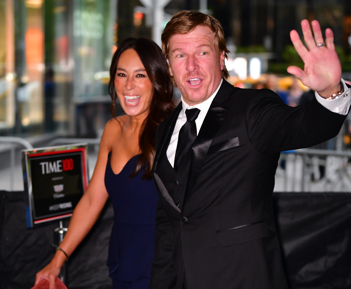 Joanna Gaines and Chip Gaines wave to fans in Columbus Circle on their way to the 2019 Time 100 Gala.