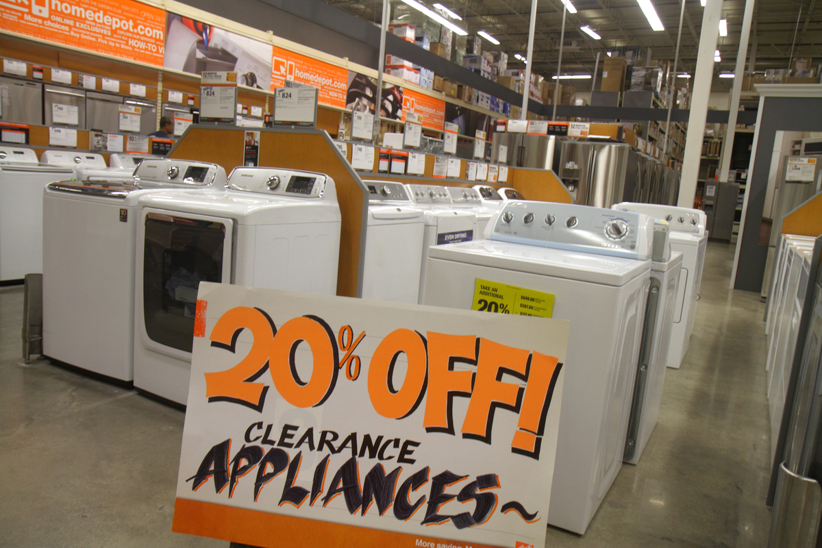 A sign states that appliances are 20% off in Home Depot.