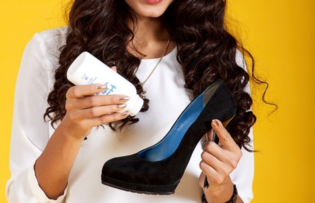 applying-baby-powder-to-shoes