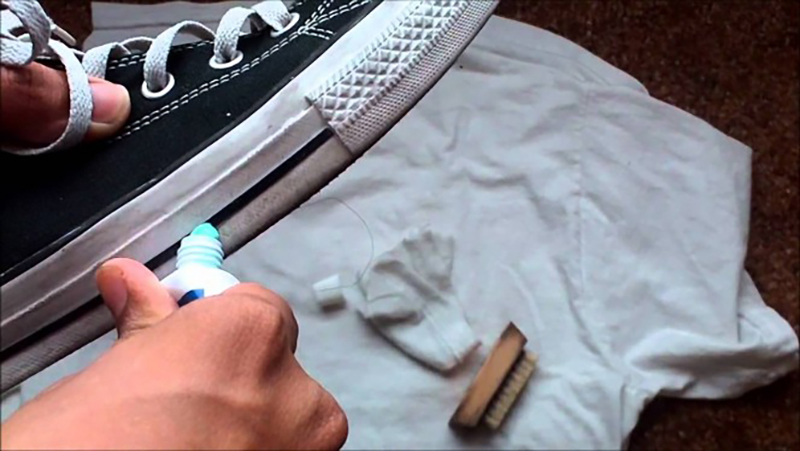 cleaning-shoes-with-toothpaste