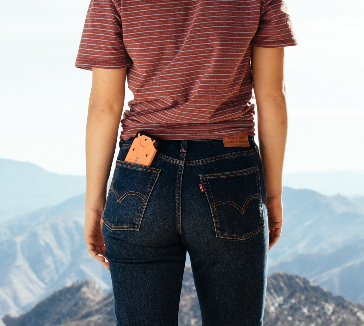 woman-wearing-levis-on-cliff
