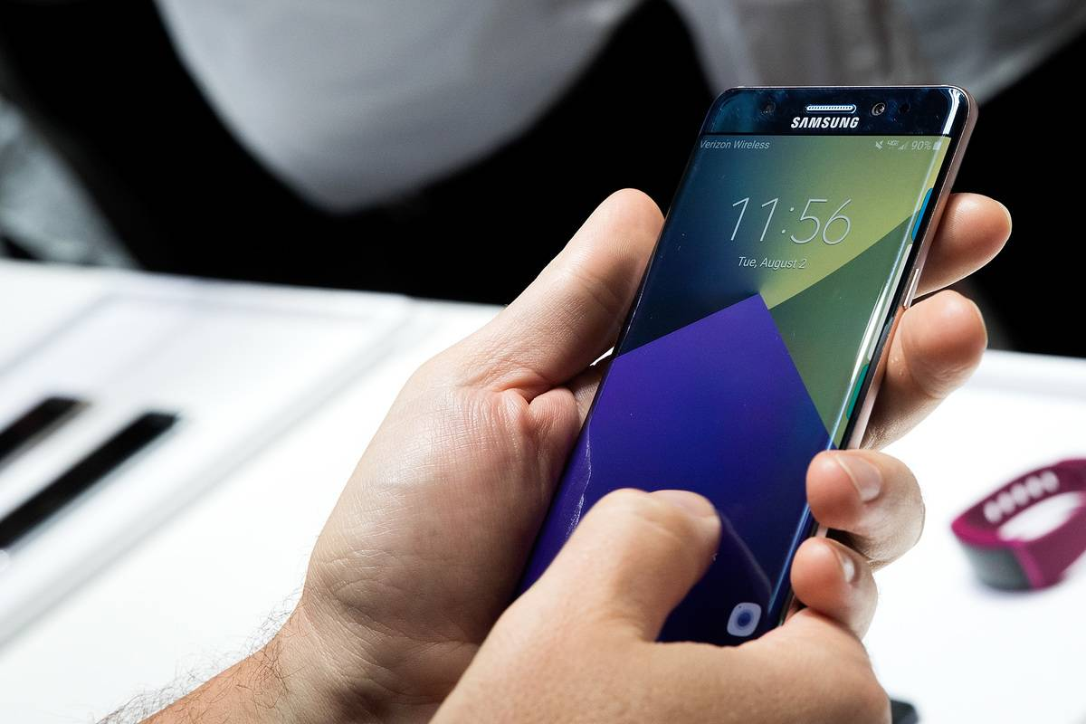 A person holds the Samsung Galaxy Note 7.