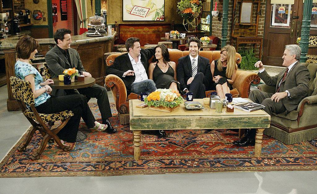 cast of friends on set