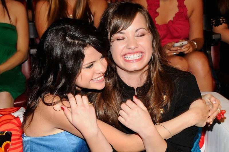 selena gomez and demi lovato hugging