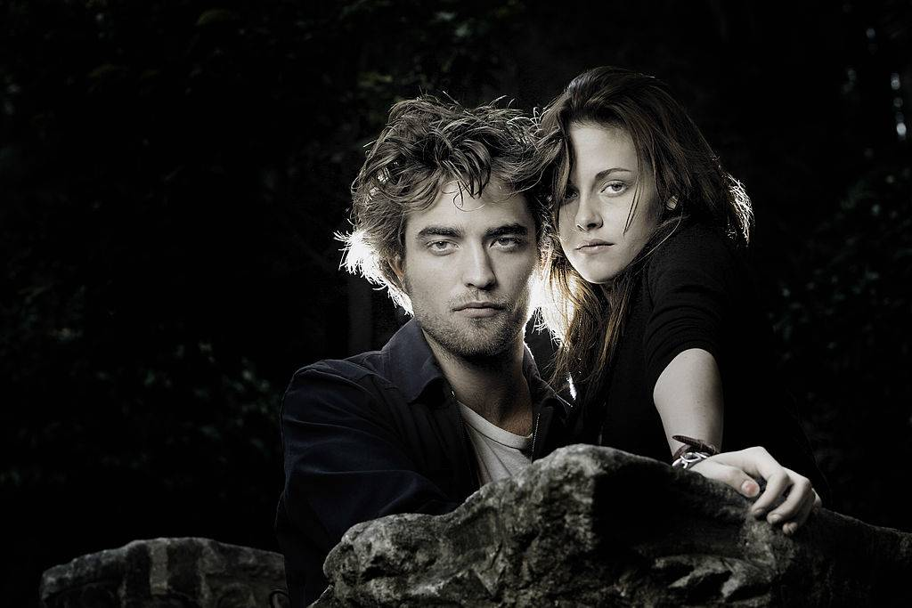 kristen stewart and robert pattinson posing for a photo
