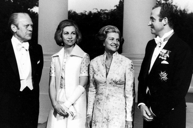 Betty Ford (right) talks to guests at the inaugural ball.