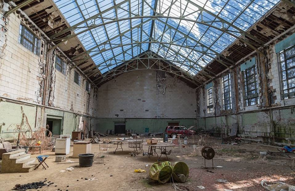 indoor-tennis-court-in-abandoned-mansion-85721