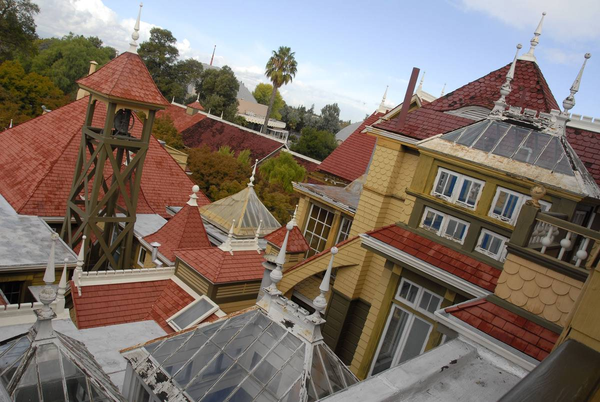 A photograph shows the roofs of the Winchester mansion, 2007.