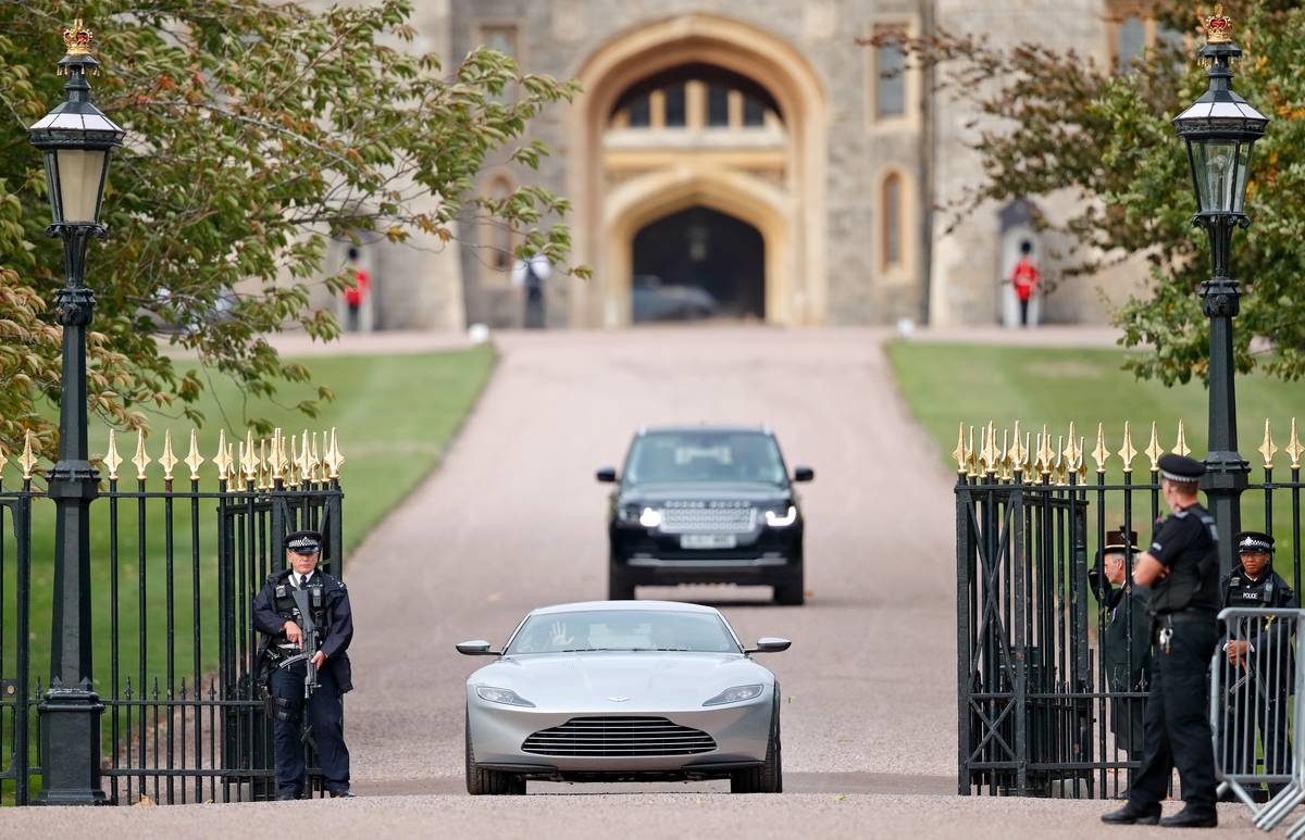 Jack Brooksbank and Princess Eugenie drive out of Windsor Castle in nice cars.